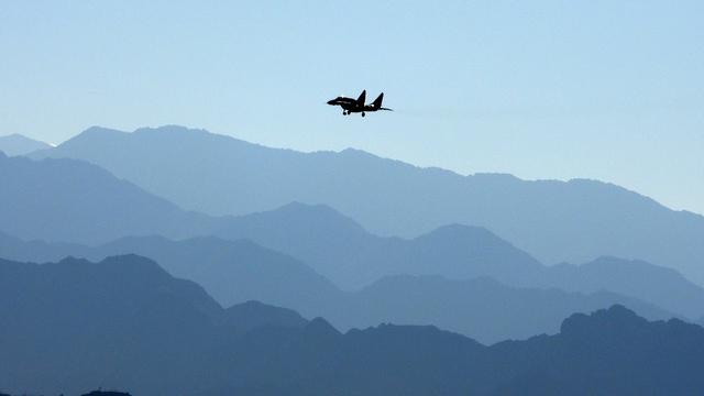 中国在中印边界进逼使印度转向与美国合作。图为一架印度战机在中印边境。(法新社)