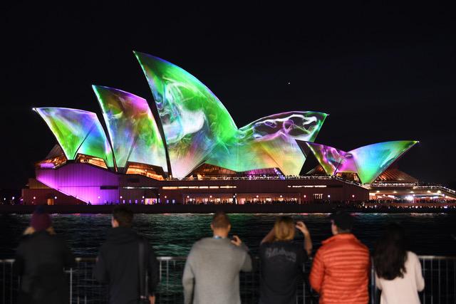 澳大利亚意识到中共渗透,去年通过立法阻止外国干预,但依然摆脱不了中共影响力。图为悉尼地标歌剧院。(法新社)
