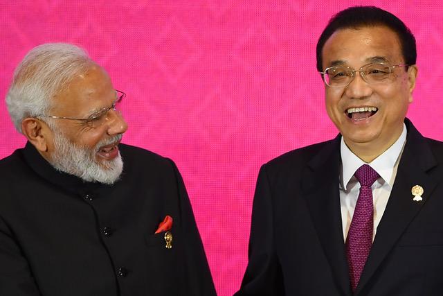 印度总理莫迪(左)在东盟峰会后宣布不参加RCEP。(法新社)