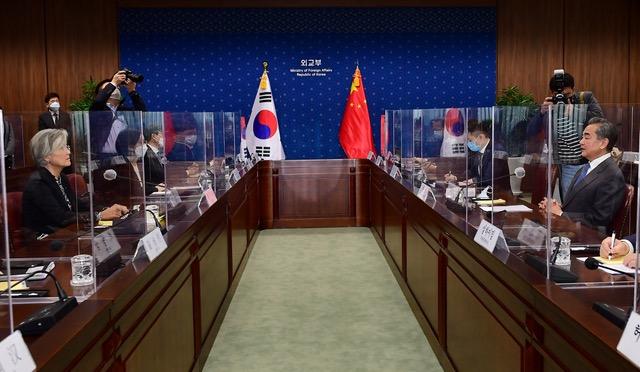 王毅與韓國外長康京和達成10項共識。(法新社)