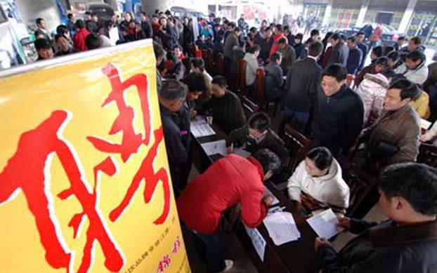 图片:中国的一个就业招聘会上,现场挤满了应聘者。(网络资料)