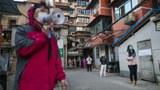 2020年3月18日,武漢居民在排隊等待領取購買的豬肉。(法新社)