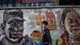 2020年4月24日,一名兒童戴着口罩走過武漢街頭。(法新社)