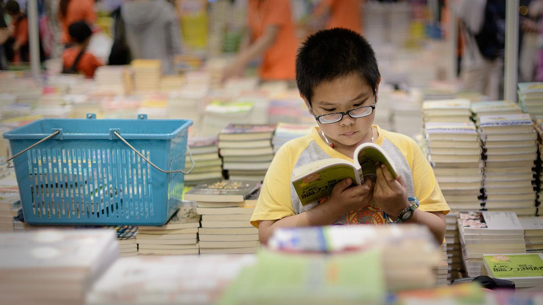 中国的教育往往缺乏如何教孩子做一个普通人,而是如何做人上人。(资料图/AFP)