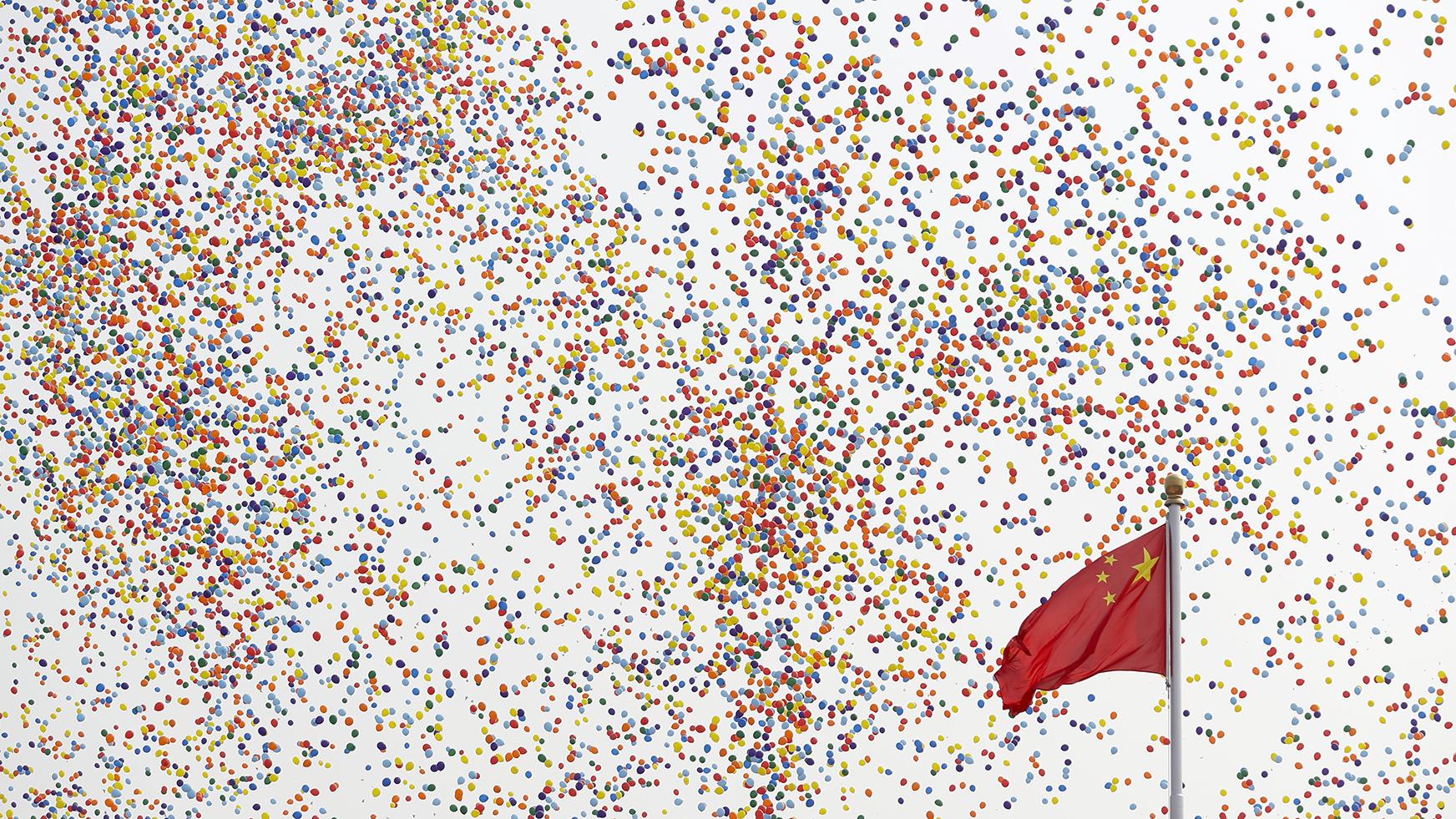 中国国庆70周年上的的国旗和升起的气球。(美联社)