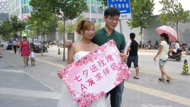 """艾滋病感染者可可20岁生日身穿婚纱走上郑州街头开展征婚""""行为艺术""""。(资料图片/Public Domain)"""