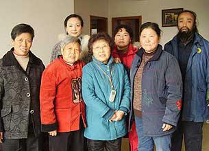 图片:四川成都,部分义工和上访维权人士在天网的新办公室里合影。(曾丽提供)