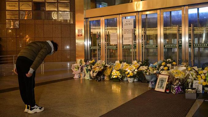 2月7日晚,人们在武汉市中心医院门口悼念李文亮医生。(拾遗图)
