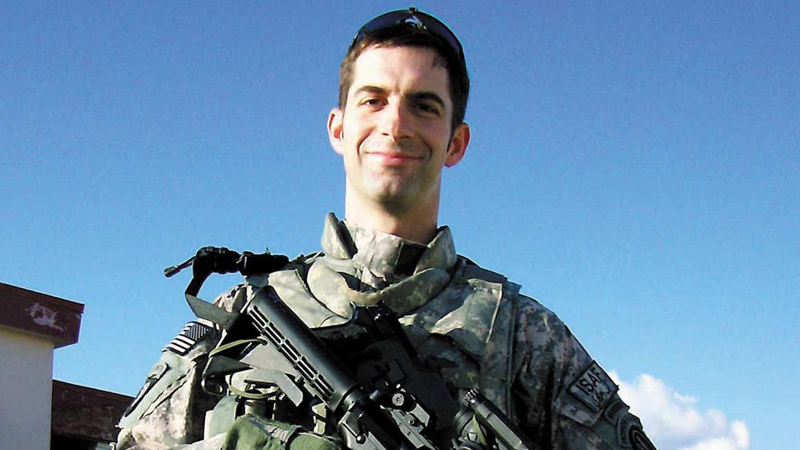 """汤姆·科顿参议员进入美国政界前,是一名律师和军人。从军队解职前,他赢得过六枚勋章,其中包括""""铜星""""勋章、""""游侠勋章""""、""""战斗步兵徽章""""、""""跳伞者徽章""""、""""空中突击徽章""""、""""阿富汗战役勋章""""和""""伊拉克战役勋章""""。(Public Domain)"""