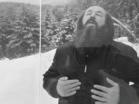流亡美国关闭写作的第八年,六十三岁的索尔仁尼琴第一次打开了通往他宅邸的五十英亩林地的大门,迎接各地记者和摄影师。这是那一年(1981年)Life Visits 记者在其林地雪野拍的他的图片。北明2016年翻拍于索尔仁尼琴故居卡文迪什历史博物馆