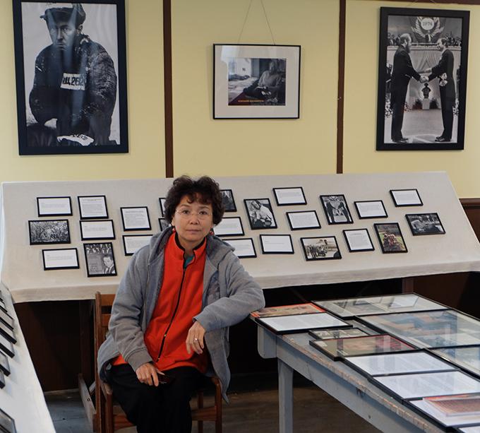 索爾仁尼琴去世9年之後的2016年10月,北明與幾位朋友一起拜謁過他在美國流亡隱居寫作的故地,佛蒙特州的小鎮卡文迪什。與他有約,那裏善良的鎮上居民如今依然謝絕帶領慕名而來客探訪他的故居,併爲他守護着他住過的林地,還因地制宜,建立了一個索爾仁尼琴博物館。圖片是北明在當地人民爲他建立的博物館裏,前後左右都是索爾仁尼琴的圖片。北明提供