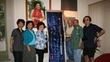 2008年7月28日陈香梅在自己的华府公馆接待来自重庆的民间抗战史学者专家(右边北京出版家岳建一、右二重庆抗战史学者王康、左三陈香梅、左二陈香梅的秘书、左一此次活动见证人北明)