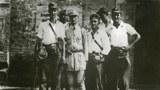时任新编第四军第三师第九旅旅長的中共开国上将张爱萍与被救助的美国援华抗日空军飞行员合影