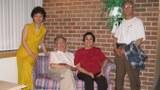 本节目主持人探望巫宁坤夫妇时的合影。左起:本节目采访主持制作人北明、巫宁坤、陈怡楷,郑义。摄于2004年5月巫宁坤公寓楼。