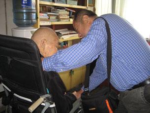 图片:2011年11月耿谆忘年交马云龙探望耿谆(记者北明提供)
