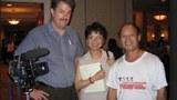 2004年 (2005?)卢百可和他的助手广西电视台摄影师黄希翎在美国华盛顿双树宾馆与记者北明一起採访美国援华抗战老兵。那是老兵们最后一次全国聚会。(资料图)