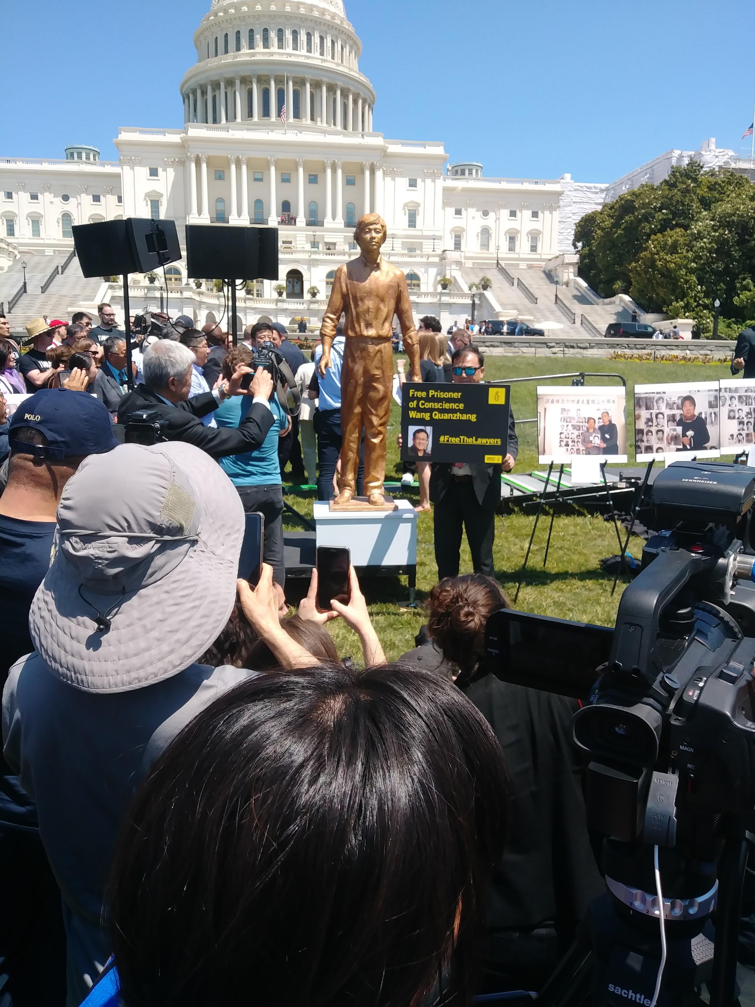 天安门一代人,在纽约开业的李进进律师举牌呼吁释放中国人权律师王全璋。(北明拍摄)