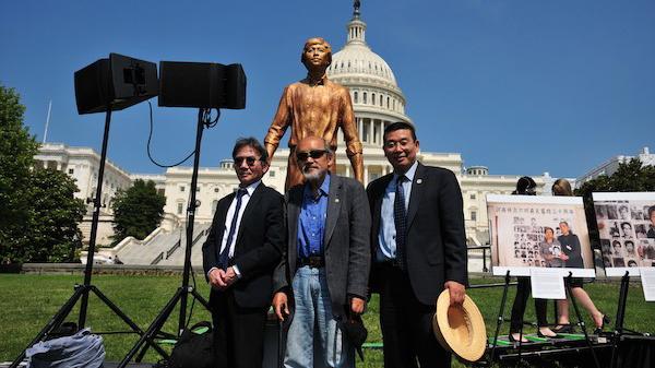 华盛顿宣言起草人王康(中),签署机构代表:普林斯顿中国学社主席陈奎德(左),公民力量发起人杨建利(右)。(图片取自公民力量新闻组。)