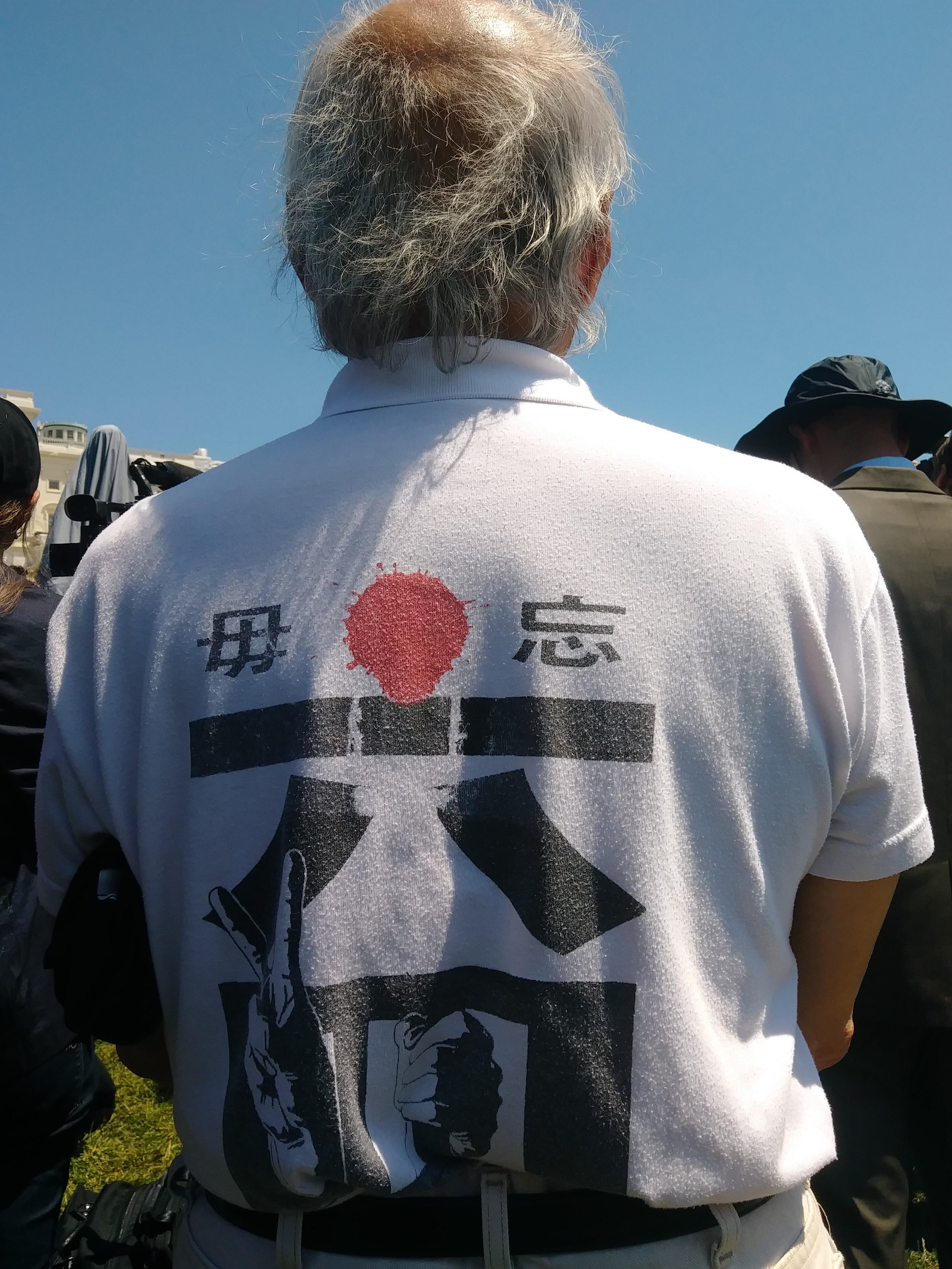 """这位当年的""""六四黑手"""",知识界5.16声明起草人、大游行指挥者郑义,每逢八九六四就身穿这件体恤为八九六四死难者站台,30年如一日。(北明拍摄)"""