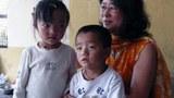 图片:本集受访人李江琳2009年夏在达兰萨拉西藏难民中心与刚逃抵的西藏儿童在一起。(李江琳提供)