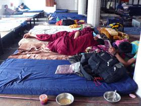 图片:位于达兰萨拉的西藏难民中心接待站。刚刚逃离中国、抵达这里的藏民仍然怀着恐惧心理,不敢面对镜头。(李江琳提供)