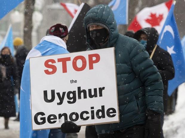 2021年2月22日,抗議者在渥太華的議會外,呼籲政府承認中國對維吾爾的種族滅絕。(AP)