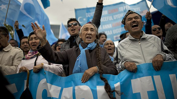 """资料图片:2018年10月1日,""""世界维吾尔人大会""""成员在比利时布鲁塞尔示威。该组织近日表示,他们的脸书专页遭到了中国""""网军""""的攻击。"""