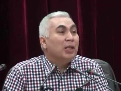 新疆師範大學維吾爾族教授,著名作家和詩人阿卜杜卡迪·賈拉利丁(Abduqadir Jalalidin)。