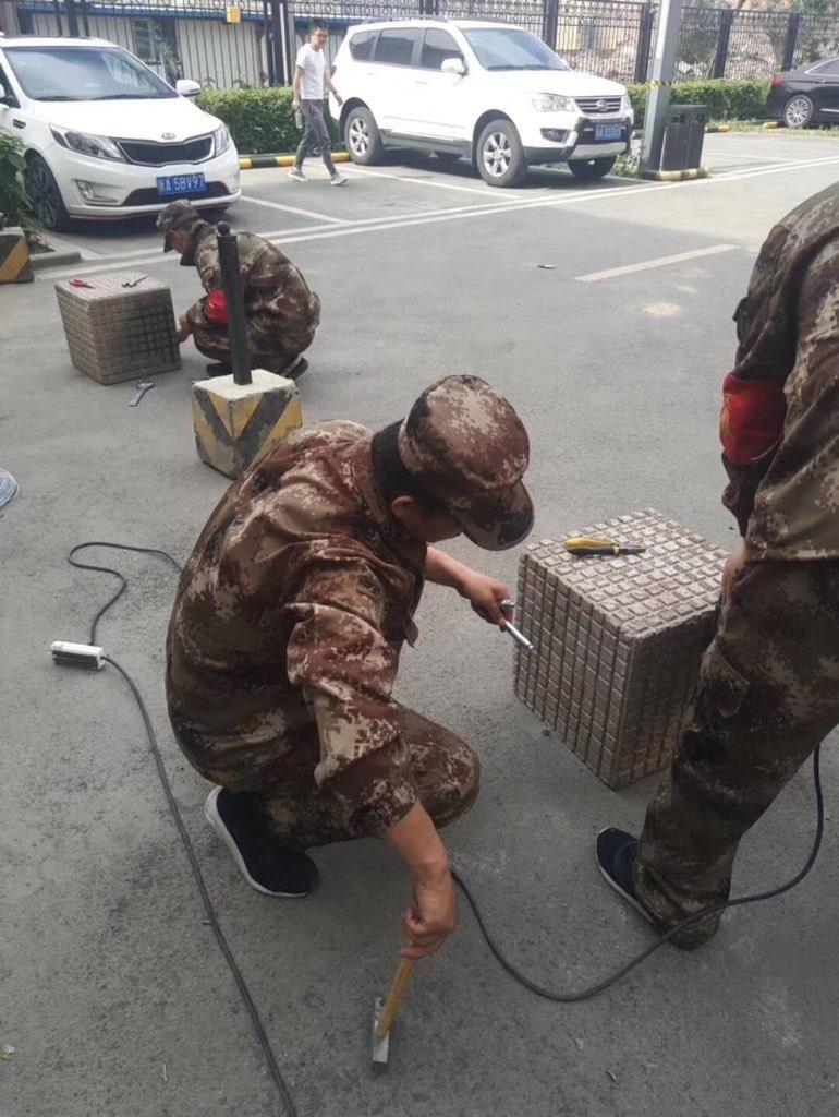 新疆的保安人员在设置路障。(斯言提供)