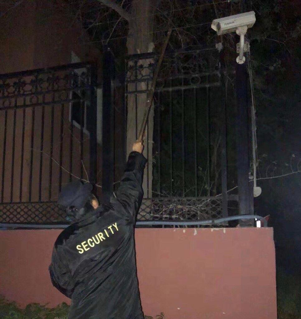 新疆的保安人员在测试高压电网。(斯言提供)