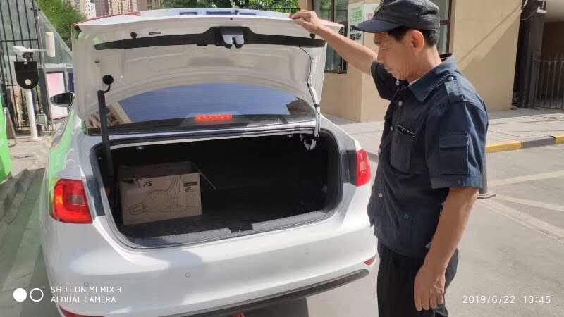 新疆的保安人员在检查进入小区车辆。 (斯言提供)