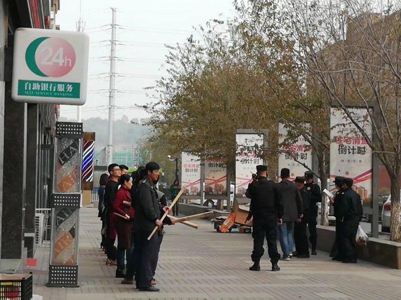 新疆的保安人员在托儿所和店铺门口每日训练。(斯言提供)