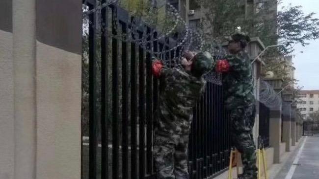 新疆的保安人员在架设刀片网。(斯言提供)