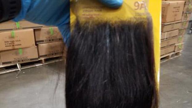 美国海关和边境保护局(CBP)官员在纽约纽瓦克港扣留了一批据信由人发制成的产品品,该机构表示,这些源自中国西北新疆维吾尔自治区的产品,可能存在强迫童工和潜在侵犯人权行为。(CBP网站)