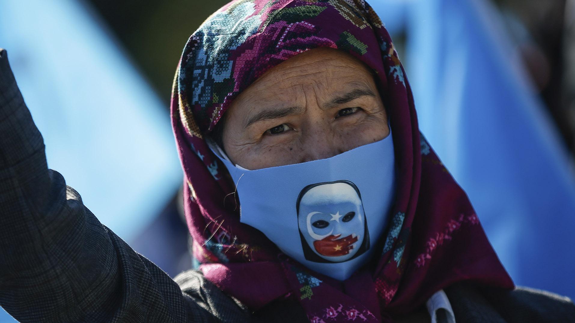 土耳其的一名维吾尔族人在抗议中国停止对新疆的迫害。(美联社)
