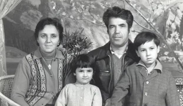 苏云古丽.佳尼雪芙(左)和先生以及两个孩子。(苏云古丽.佳尼雪芙/世界维吾尔代表大会官方网站)。
