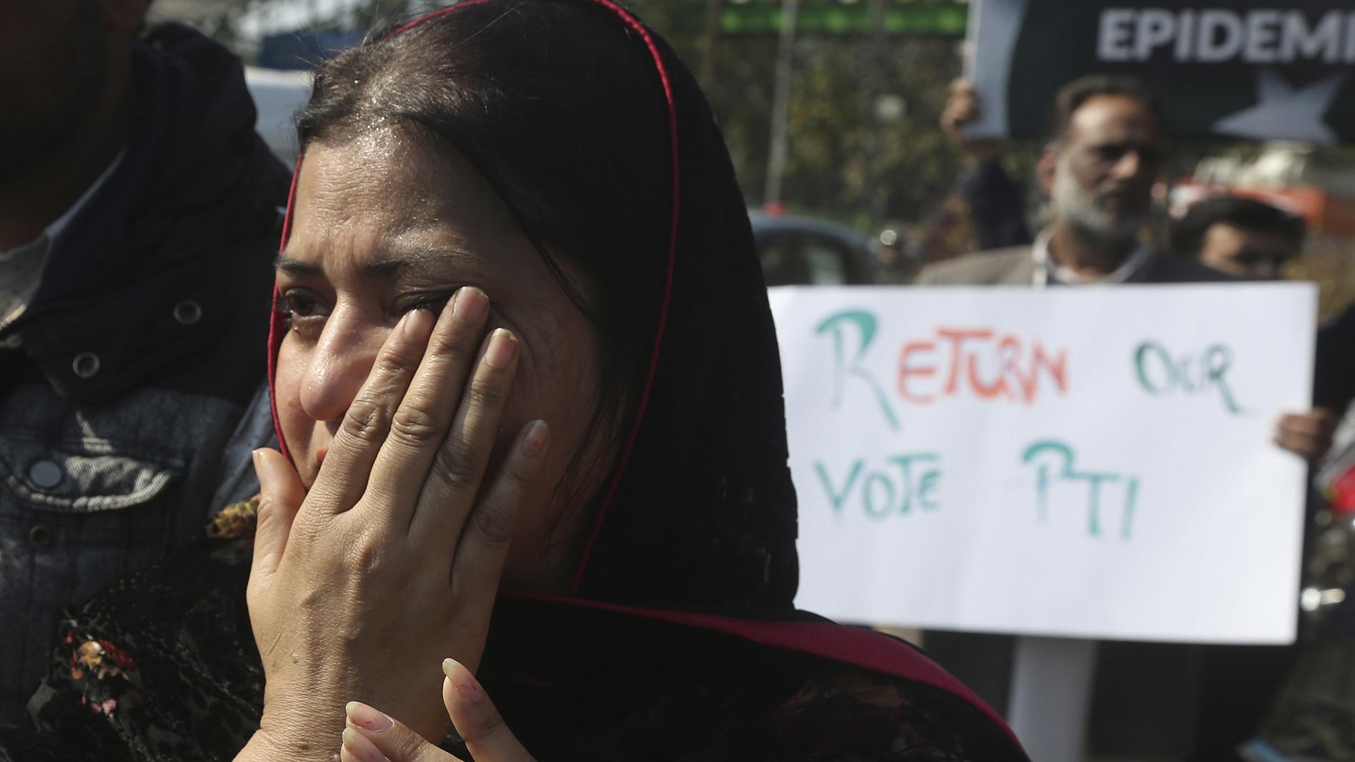 2020年2月13日,有家人在武汉的巴基斯坦人在中国大使馆前抗议,要求家人能够离开武汉。(美联社)