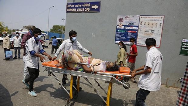 2021年4月27日,印度醫務工作者將患者送往專門診治新冠肺炎的一家醫院。