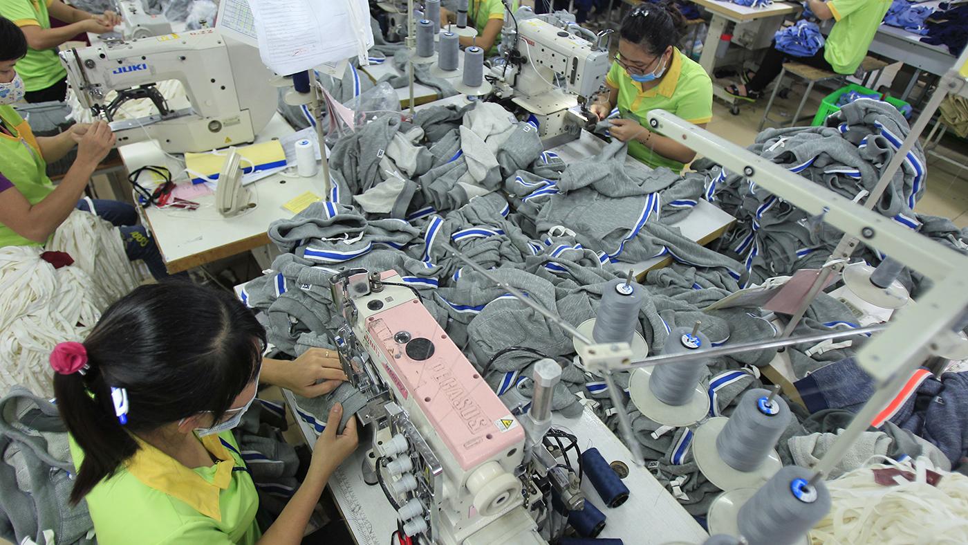 一个越南纺织工厂的工人正在工作。(美联社)