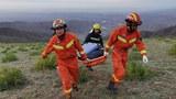 2021年5月22日,救援人员走进事故现场,在中国西北部甘肃省白银市景泰县寻找幸存者。