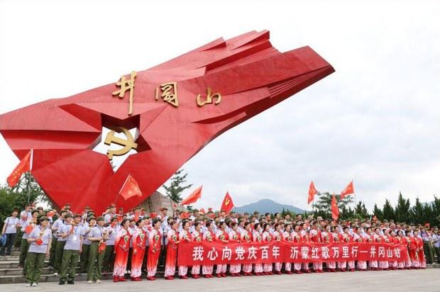 专栏   财经时时听:中共百年党庆掀起红色旅游热潮,年轻人成消费主力
