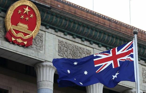 澳中贸易关系恶化葡萄酒和大麦关税风波起。图为中国官方建筑前飘扬的澳大利亚国旗。(资料图/法新社)