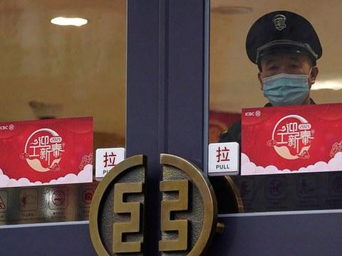 中国工商银行 (ICBC) 北京分行内一名戴着口罩的保安。