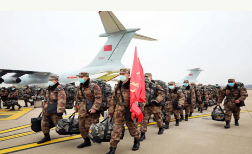 解放军派出多支医疗队到武汉展开救治工作。(路透社)