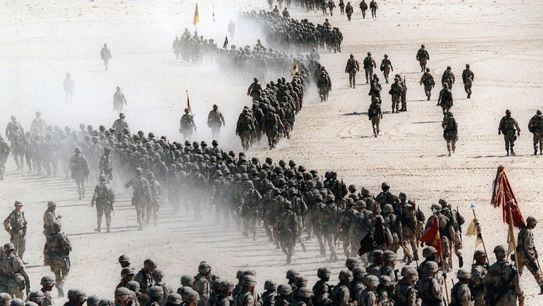拜登政府将进行自海湾战争以来规模最大的军事变革。图为海湾战争美军在沙特集结。(AP)