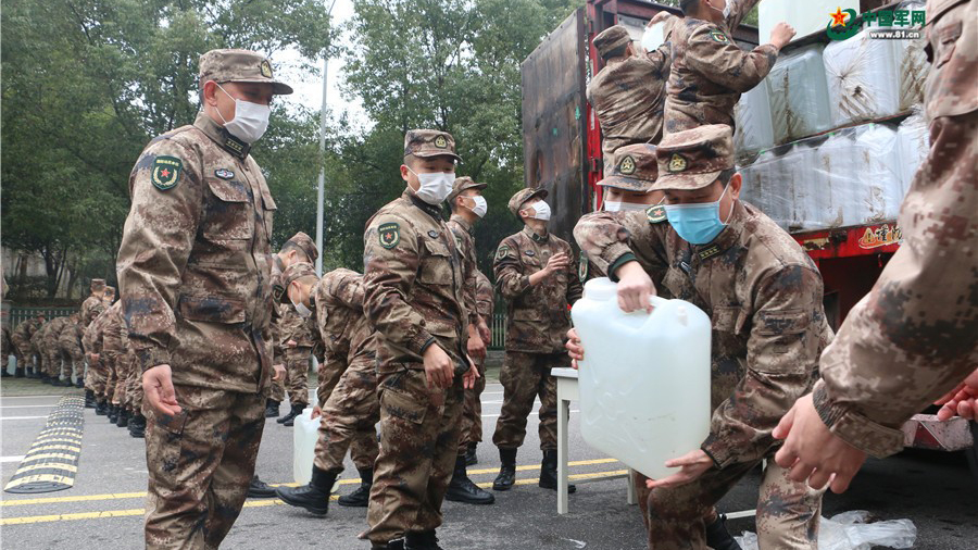 图为湖北省军区官兵向火神山医院转运消毒液。(中国军网)