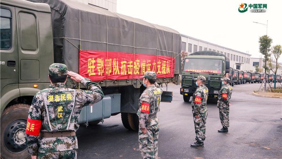 湖北民兵前往武汉各配送中心装载调运生活物资。(中国军网)