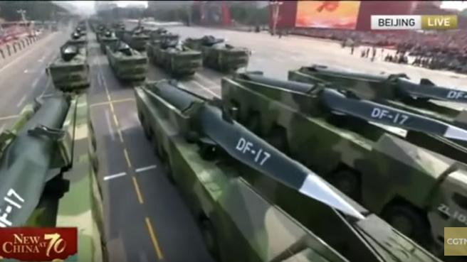 中国2019年国庆阅兵首次展示东风-17中近程导弹,号称是全球第一款列装部队并可用于实战的助推-滑翔高超音速武器。(视频截图)