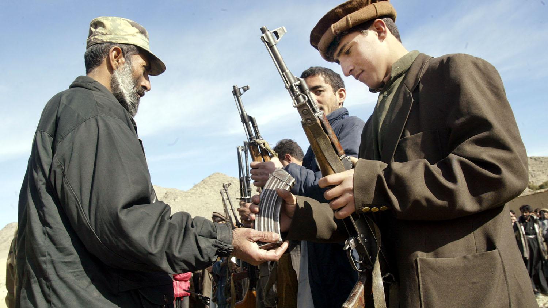 伊拉克北方联盟的军队在检查枪支。(美联社)