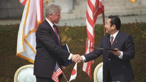 1996年臺海危機結束後2周,美國總統克林頓(Bill Clinton,圖左)訪問日本與橋本首相(圖右)共同發表《美日安全保障聯合宣言》。(維基百科)